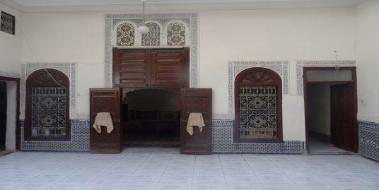 maison avec deux portes principales