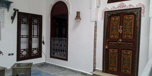 Maison Titrée avec deux escaliers et deux portes