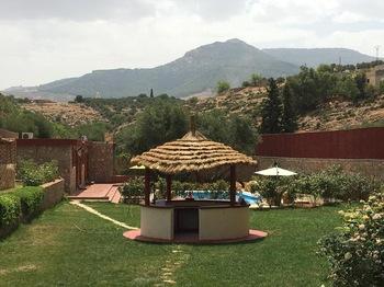 Villa en pierres sur un terrain arboré à vendre
