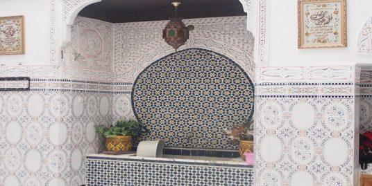 Maison traditionnelle avec une fontaine murale