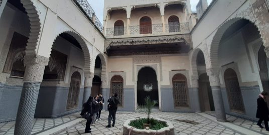 Maison adliya avec 3 portes et 3 escaliers