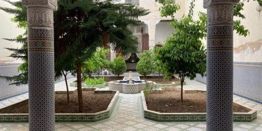 Maison avec messriya et 4 petites jardins ,3 escaliers, 3 portes